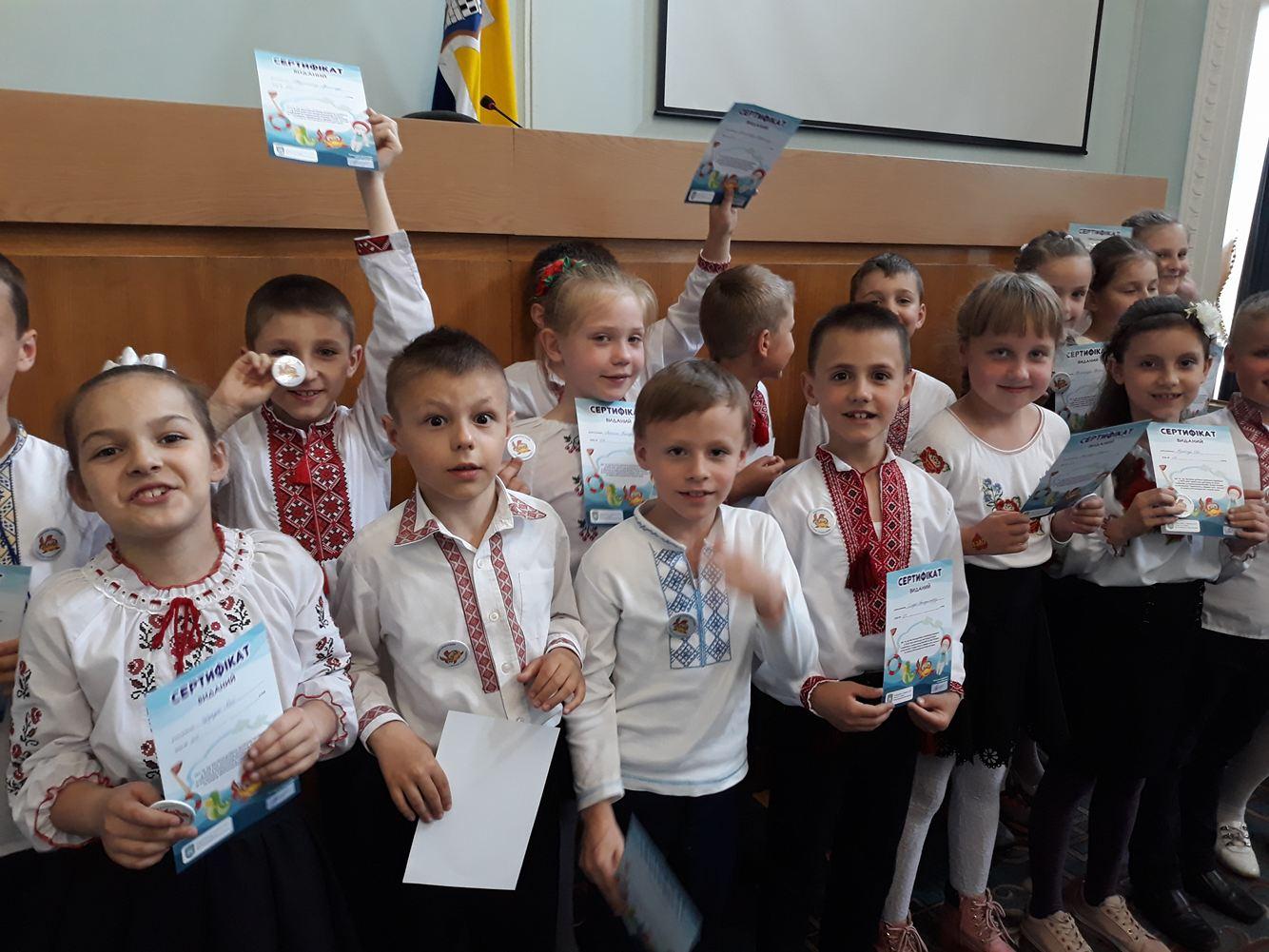 200 юних мешканців отримали сертифікати та значки по завершенню