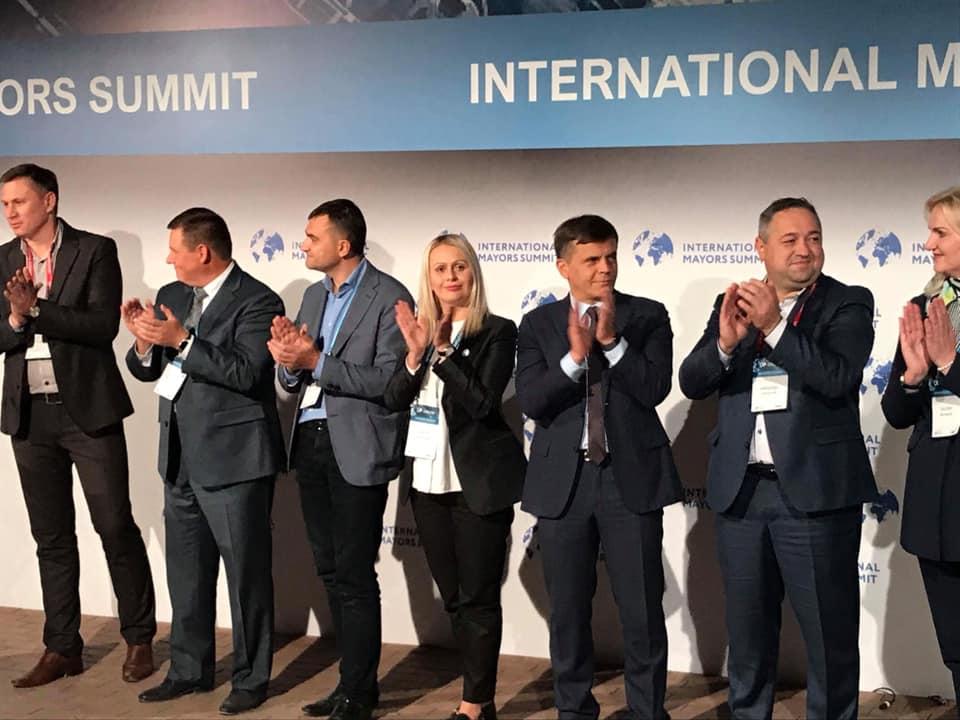 На Міжнародному Саміті мерів Сергій Сухомлин розповів про підтримку і стимулювання місцевого бізнесу та привіз подарунок для міста